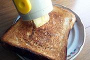 """硬いバターは""""直塗り""""しちゃえ! ナイフいらずでラクラク朝食♪"""