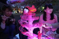 ナイトプール仕様の流しそうめんマシンで、非パリピ女子が夜桜ガールズパーティーを開催した
