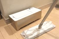 """掃除機いらず!? フロアワイパーで集めたゴミは""""電気ちりとり""""で回収!"""
