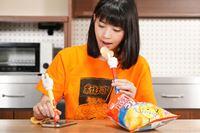 ポテチを食べながらスマホもいじれる!? 「ポテチの手」が進化を遂げていた!