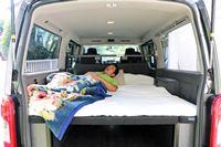 キャンピングカーのような寝床で車中泊できる日産「NV350キャラバン トランスポーター」