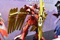 「赤きニューガンダム」がジオン軍のエンブレムを模した大剣を携えてHG化