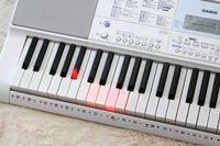 「らくらくモード」なら誰でも演奏できちゃう! カシオ「鍵盤が光るキーボード」の魅力再発見