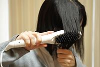 忙しい朝のヘアセットが楽になる!? ニトリの「ブラシ型ヘアアイロン」を使ってみた