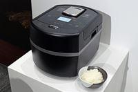 """本物のかまど炊きと同じ""""米をおどらせない""""アイリスオーヤマの「瞬熱真空釜炊飯器」登場"""