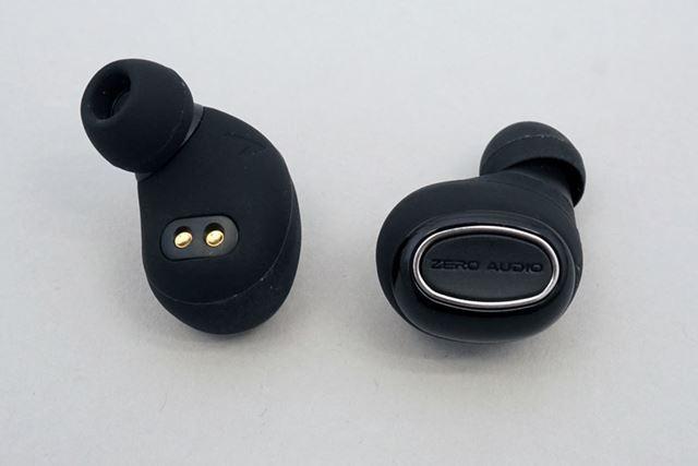 イヤーモニタータイプのオーソドックスな形状を採用。物理ボタンは大型で押しやすい
