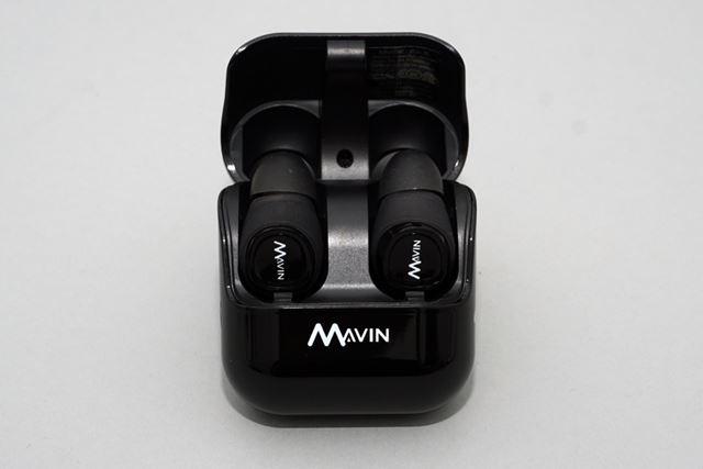 イヤホンをたてに収納するタイプの専用ケースは薄型で持ち運びしやすい