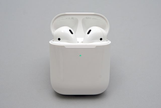 Wireless Charging CaseはLEDの位置がケースフロントに変更され、外から確認できるようになった