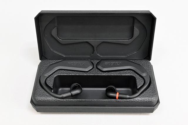 専用ケースはバッテリー非内蔵で、クレードルとしての機能しか有しておらず、イヤホン本体を充電する際はケースにケーブルを直接接続して行う