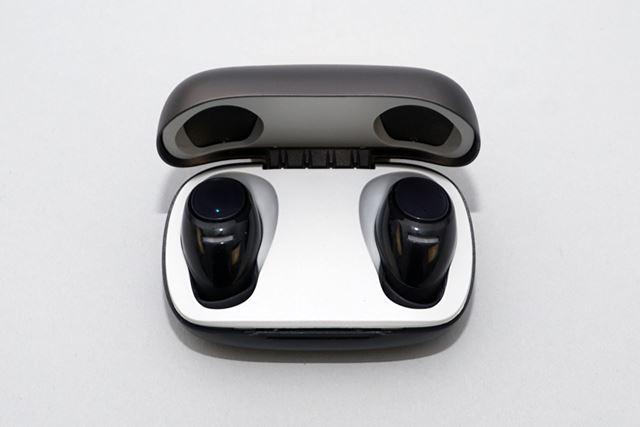 専用ケースはワイヤレス充電に対応。金属パーツを組み合わせたこともあり、高級感あるデザインなのも魅力的