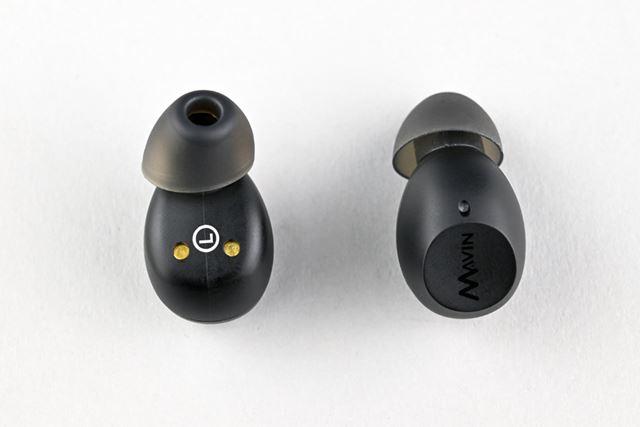 3.8gという超軽量設計のイヤホン本体。斜めにカットされたオリジナルのイヤーピースも特徴的だ