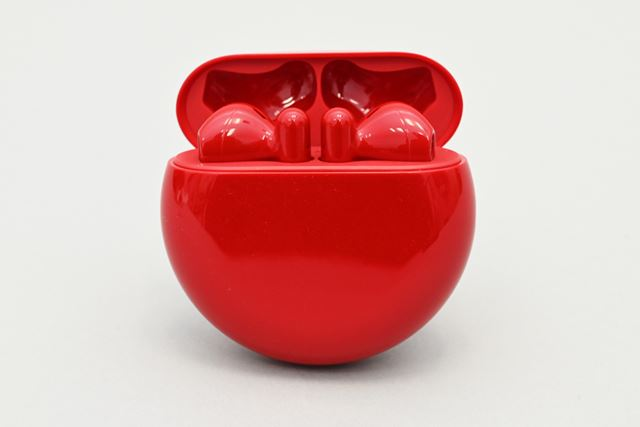 丸形デザインの専用ケースは薄型コンパクトな仕上がり。ワイヤレス充電にも対応する