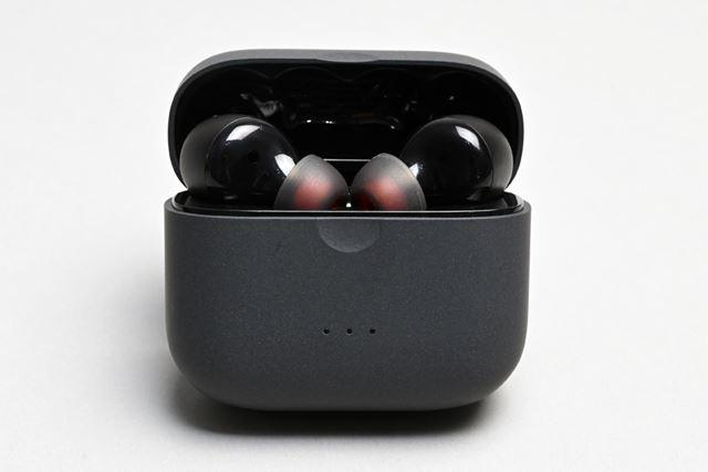専用ケースは非常にコンパクトだが、ワイヤレス充電に対応するなど、使い勝手にもしっかり配慮されている