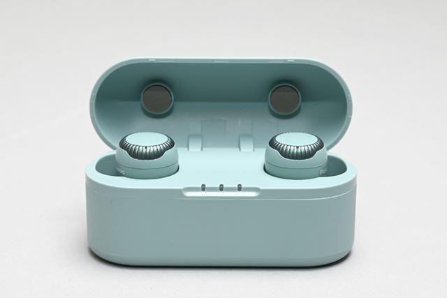 専用ケースはイヤホン本体と同じカラーリングを採用。フロント部分には電池残量を確認できるLEDも搭載する