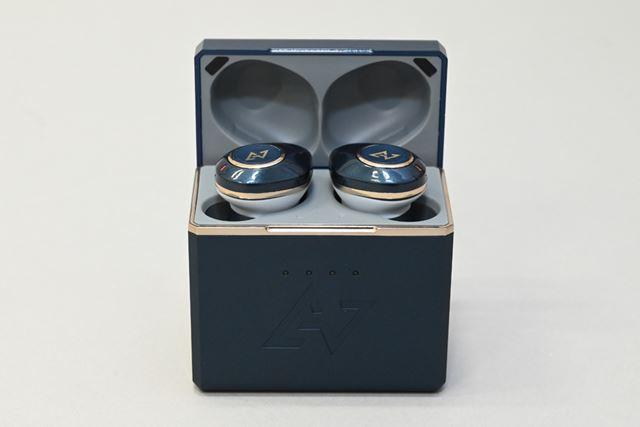 専用ケースはボックス型を採用することでバッテリー容量をしっかりと確保している