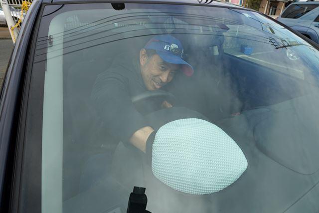 グローブ両面先端部の「指先パット入り」により、内窓の隅や角も拭きやすいよう配慮されてます
