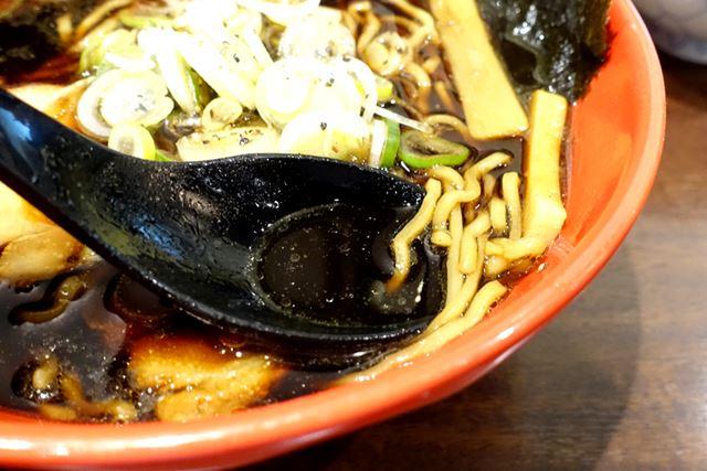 真っ黒ながらあっさりしているスープは、射水本店ゆずり。しかし、以前食べたより、あっさりめな印象……?