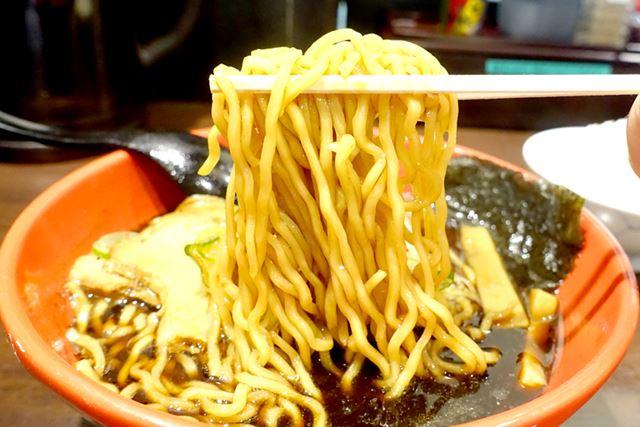 麺は中太のちぢれ麺で、やや硬め。しっかりとした歯ごたえが特徴です