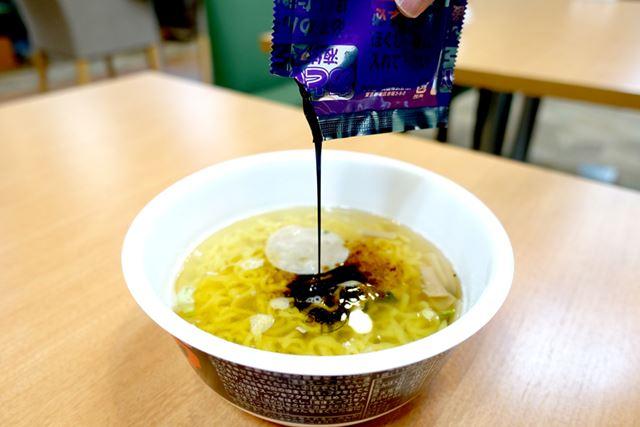 熱湯を入れて5分。液体スープを投入。お店で食べた富山ブラックの香りがただよってきましたよ!