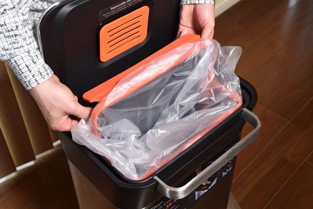 ゴミ袋のセットは最初ちょっと手間取りました。袋をオレンジ色のプラパーツのすき間に内側から差し込む感じ
