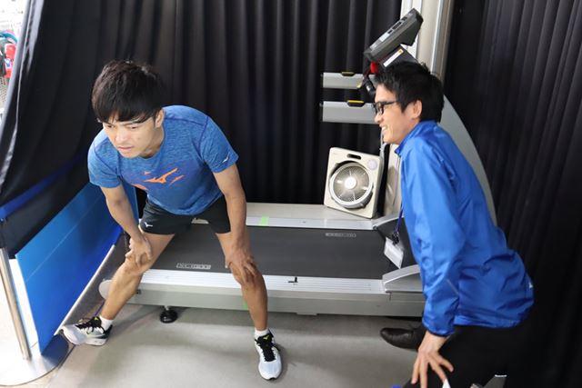 走る前には上半身、下半身のストレッチを行って身体をほぐしていく