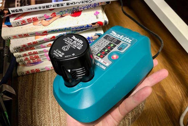 充電器の底面積は手のひらよりちょい大きめなくらい。普段は部屋の隅にて待機