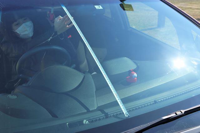 前面ガラス開口部の実長を計測。今回は、愛車のホンダ「フィット」を使用。93cm(筆者調べ)でした