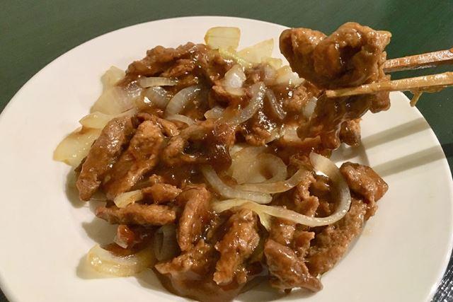 玉ねぎと一緒に、生姜、醤油、酒などで一般的な味付けの生姜焼き