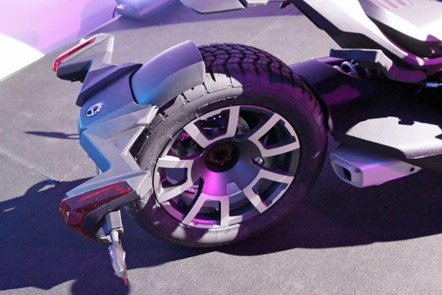 駆動力を伝える後輪は自動車と同じ形状。駆動力はシャフトで後輪に伝える方式を採用している