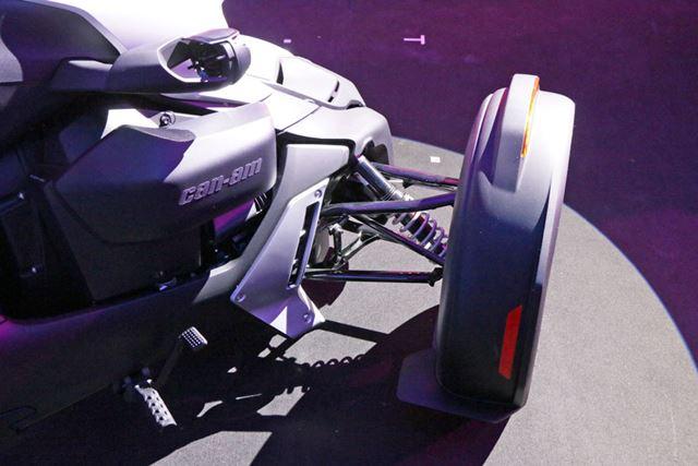 前輪を支えるサスペンション構造も自動車と同じ方式