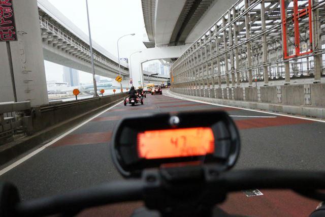 全身で風を感じながら走るフィーリングはバイクだが、安定感は自動車に近い
