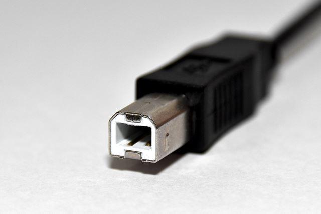 USB 2.0 Type-B用途は少ないが、プリンター等で使用される。こちらも、端子の中にある絶縁体部が白色だ