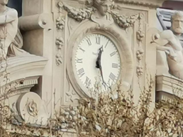 上から1倍、5倍、10倍、50倍。50倍ズームは画質の劣化が激しいが、時計の盤面の目盛りまでわかるほどだ