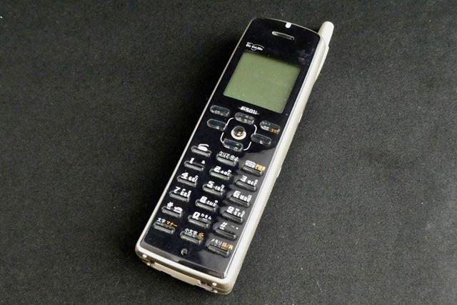 「F501i」。発売は1999年2月。今から約20年前のストレート端末携帯電話です
