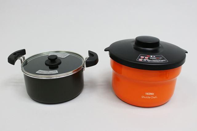 火にかける調理鍋(左)と、その鍋を火から下ろして入れておく保温容器(右)がセットになっています