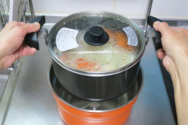 5分加熱したら、調理鍋を保温容器にセット。なお、カレールーは保温調理したあとに投入します