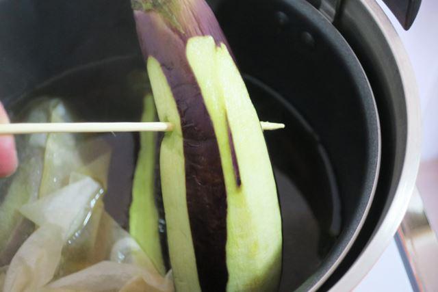 5分加熱したなすは、竹串がスッと通るほどやわらか! しかし、出汁は染みておらず、白いままです