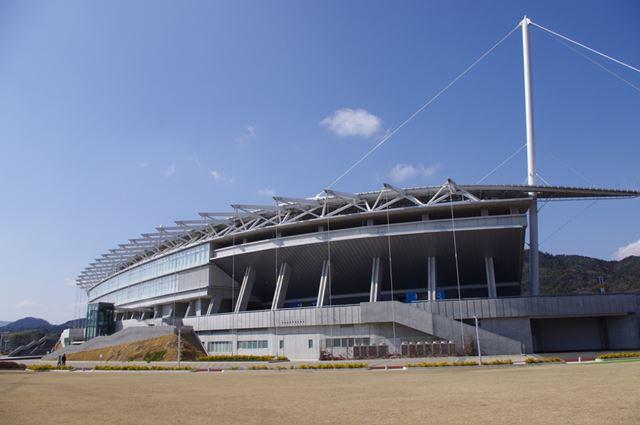 ロアッソ熊本のホームは熊本えがお健康スタジアム(収容人数/32,000人)。