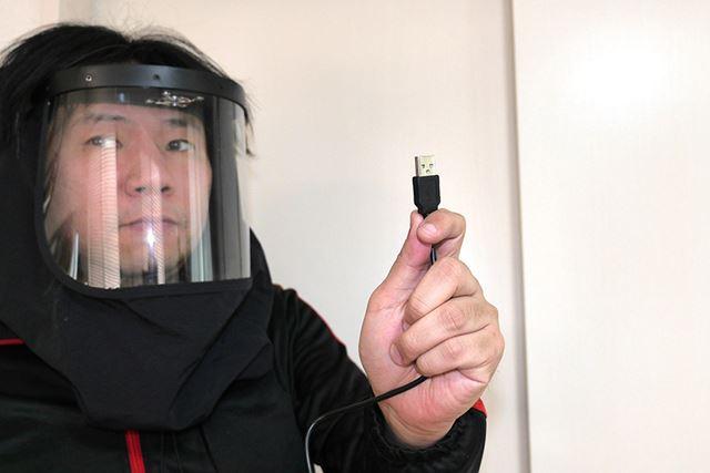 本体からのびているUSBケーブルをバッテリーに挿せば
