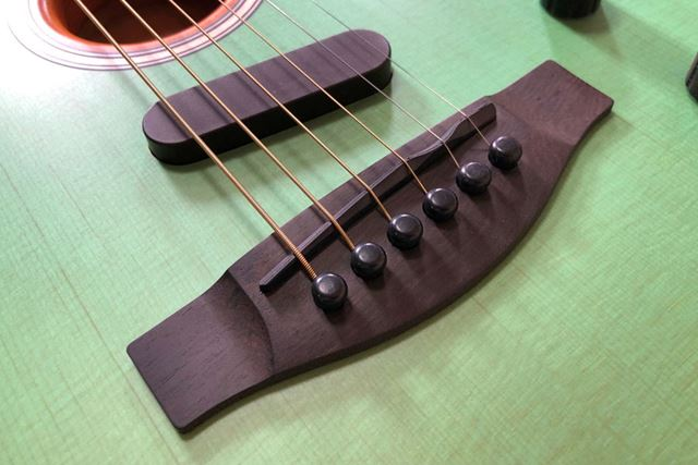 弦を乗せているサドルの2弦部分の調整はアコースティック弦に合わせてある。そして弦太い!