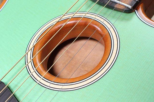 サウンドホールの処理が普通のアコースティックギターと明らかに違う!