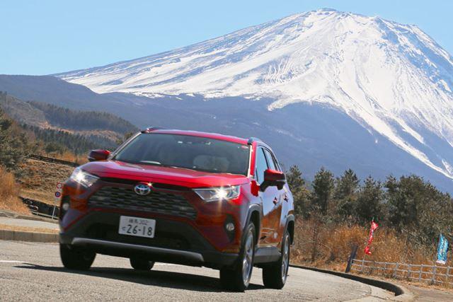 昨今のSUVブームなどを受け、5代目モデルが日本で復活したトヨタ「RAV4」