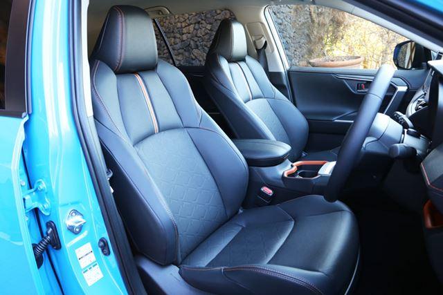 新型「RAV4」のフロントシートは、サイズに余裕があって座り心地も快適だ