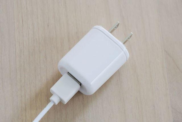 給電はACアダプター(同梱)経由で行い、電池式ではありません