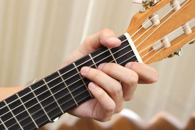 6弦仕様だけど、ウクレレ要素が感じられるナイロン弦を採用。おかげで指が痛くなりにくい
