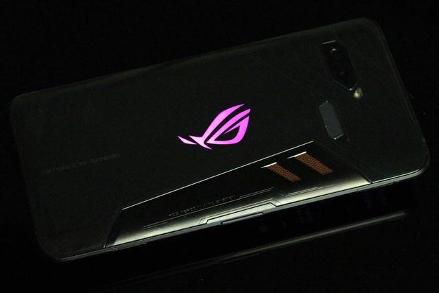 背面のロゴマークは「Xモード」に切り替えると点灯する仕組み