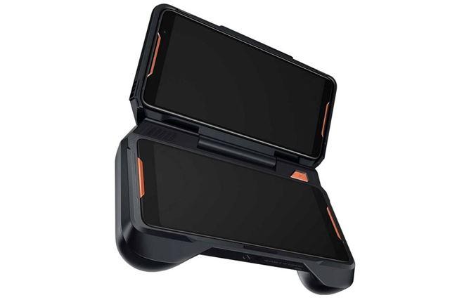 2台のROG Phoneを組み合わせて使う「TWIN VIEW DOCK」。「L」「R」ボタンや冷却ファンも搭載されている