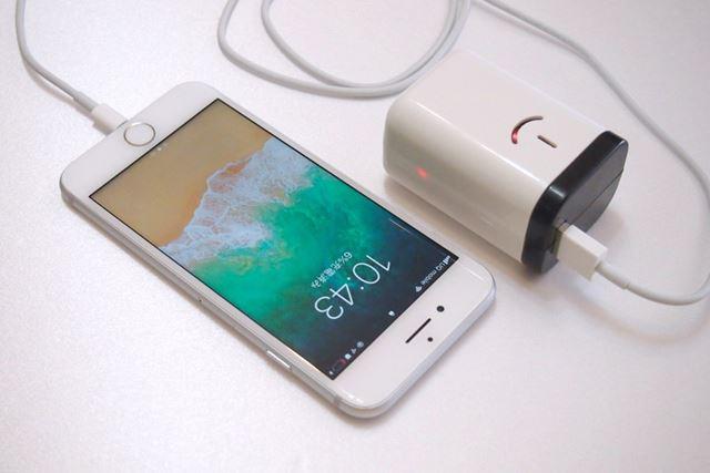 本製品にケーブルを介してiPhone 7をつないだところ。このようにケーブルをつなぐだけで充電が始まります