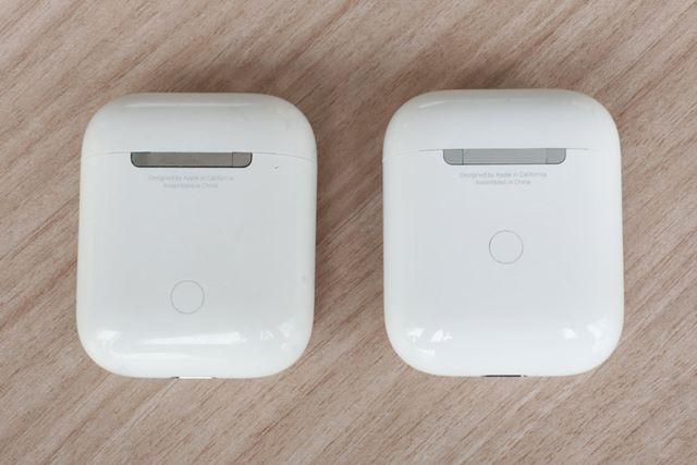 背面。こちらも左が初代モデル、右が新型モデル。ペアリングボタンの位置や、ヒンジの塗装が違う