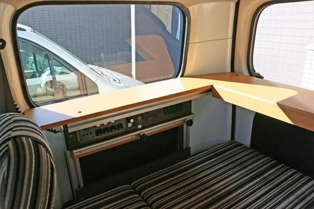 車体後方にはコーナーテーブルが設置されている。リアハッチを開けて、外に足を出してくつろぐのもいい